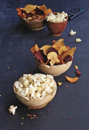 Popcorn und Gemüse-Chips - vegane Snacks für einen gemütlichen Abend.