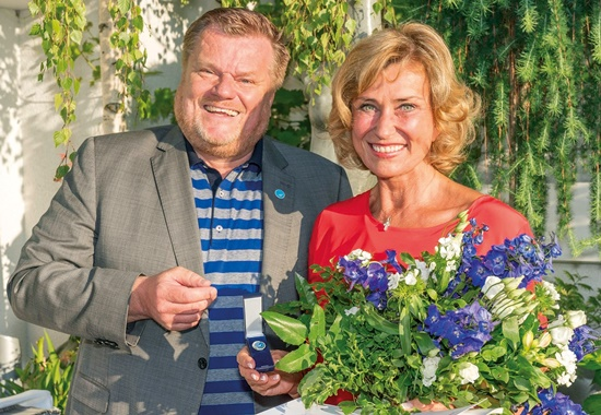 Dagmar Wöhrl erhält die goldene Ehrennadel.