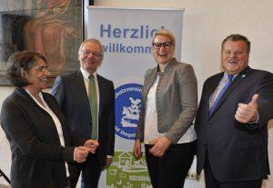 Sabina Gaßner, Geschäftsführerin des Vereins, der Vorsitzende Heinz Paula, Augsburgs zweite Bürgermeisterin Eva Weber und Thomas Schröder, Präsident des Deutschen Tierschutzbundes, feiern das Jubiläum.
