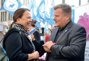 Vor dem Bundesrat diskutierte Thomas Schröder, Präsident des Deutschen Tierschutzbundes, mit Nordrhein-Westfalens Landwirtschaftsministerin Ursula Heinen-Esser.