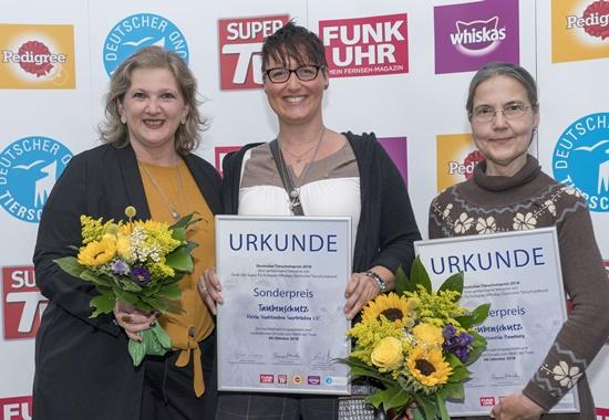 Sabine Woll und Sabine Weiland von den Stadttauben Saarbrücken, Martina Born von den Stadttauben Hamburg, alle Preisträgerinnen des Sonderpreises des Deutschen Tierschutzpreises 2018