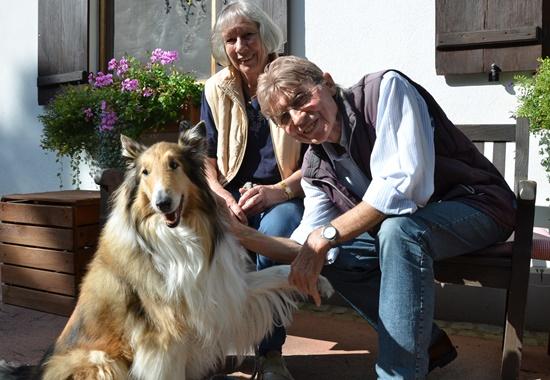 Das Ehepaar Fahrner hat Hündin Helli auf dem Sonnenhof kennengelernt und adoptiert. Seitdem sind sie regelmäßig mit ihr dort zu Gast.