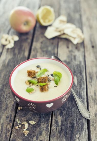Die Vorspeise: Sellerie-Apfelcremesuppe mit Walnüssen.
