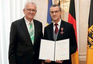 Ministerpräsident Winfried Kretschmann (l.) ehrte Herbert Lawo, Ehrenvorsitzender des Landesverbandes Baden-Württemberg.