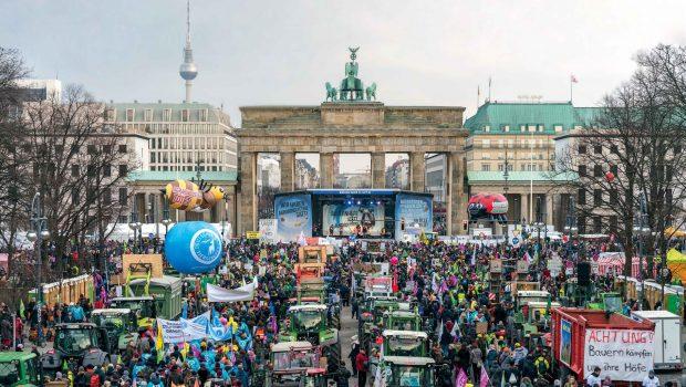"""Demo """"Wir haben es satt"""" vor dem Brandenburger Tor"""