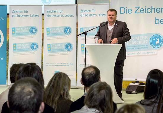Thomas Schröder, Präsident des Deutschen Tierschutzbundes, begrüßt die zahlreichen Gäste des diesjährigen Labelempfangs auf der IGW.