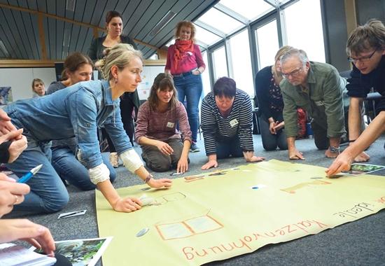 """Die Teilnehmer des Workshops """"Tierschutzunterricht"""" lernen, wie sie das Thema Heimtiere altersgerecht vermitteln."""