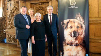 Thomas Schröder, Präsident des Deutschen Tierschutzbundes (o. l.), gratulierte dem Bremer Tierschutzverein um Brigitte Wohner-Mäurer (2. v. r.).