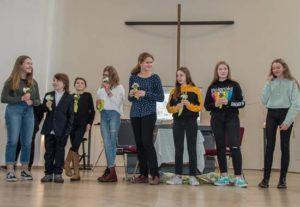 Jugendliche gestalten den festlichen Gottesdienst zum Jubiläum des Tierschutzvereins Groß-Essen mit.