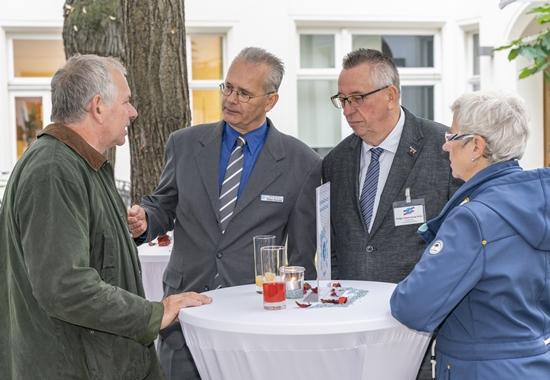 Jochen Dettmer, Vorstandssprecher von NEULAND, Dieter Ruhnke und Holger Sauerzweig-Strey, die Vorsitzenden der Landestierschutzverbände Niedersachsen und Schleswig-Holstein.